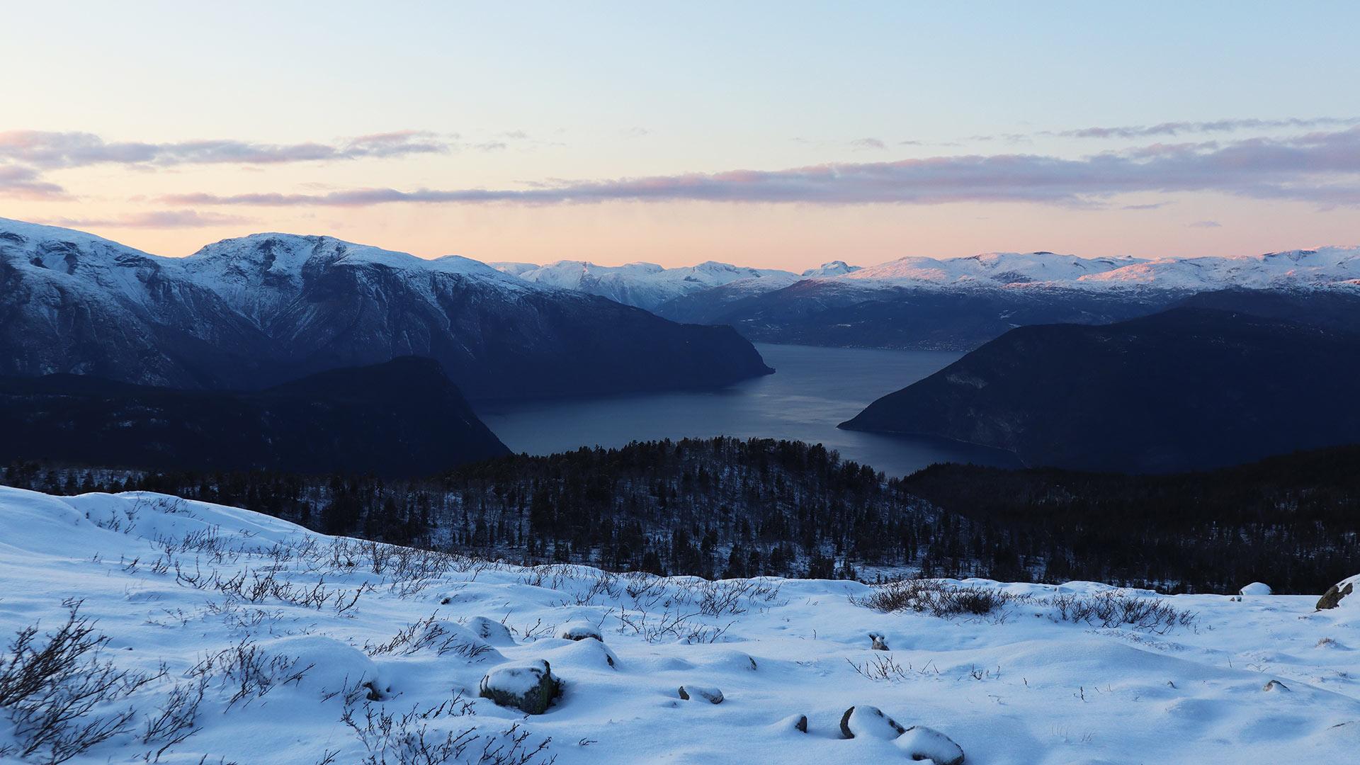 Winter, Blick auf Fjorde und Berge.
