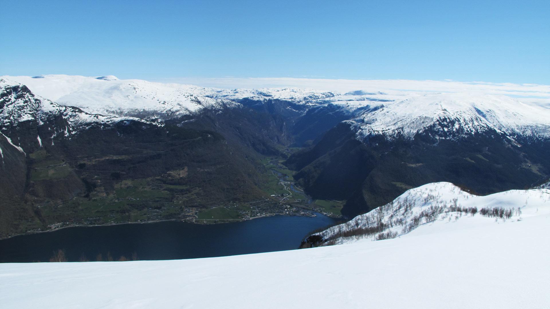 Utsikt over snøkledt fjell.