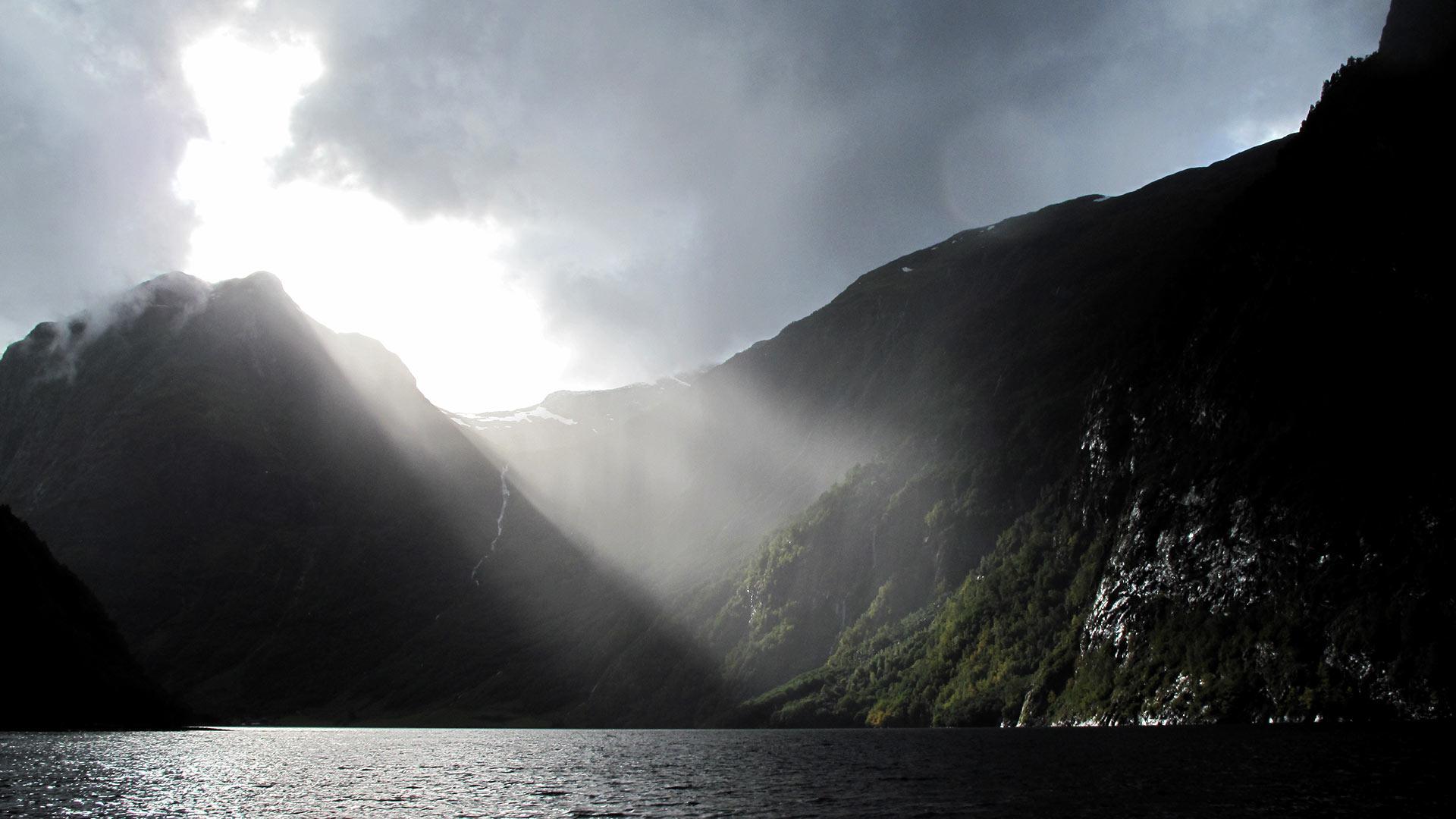 Fjord mit Sonnenlicht.
