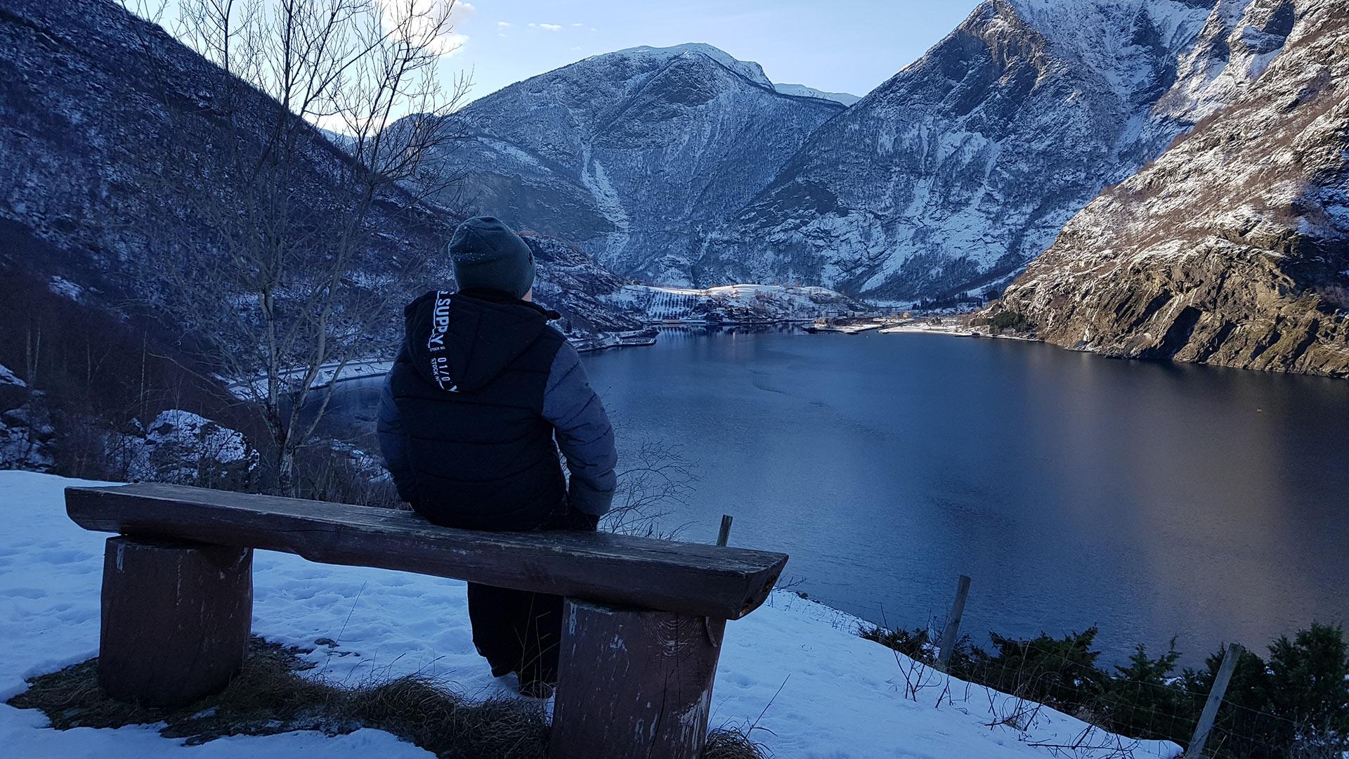 Gutt ser utover fjorden og tettstedet Flåm.