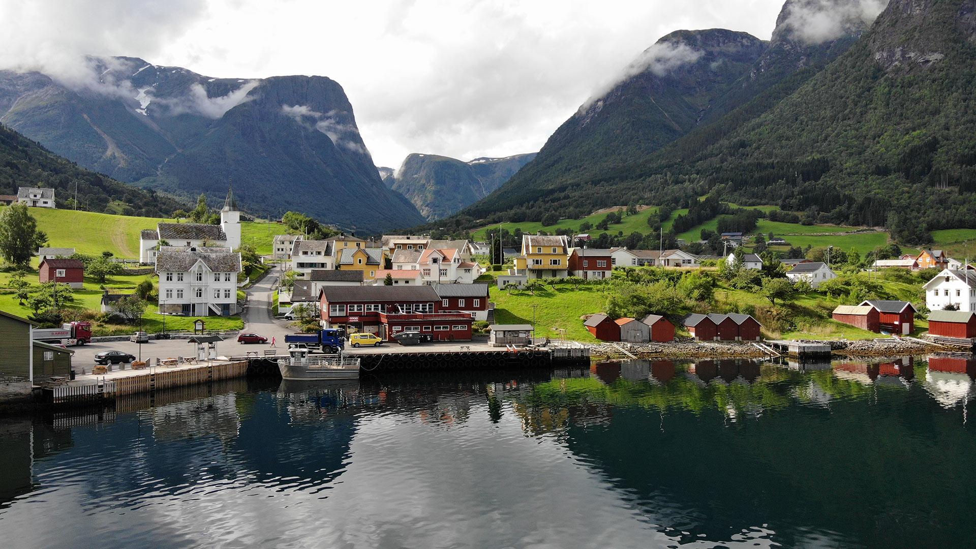 Tettsted ved fjorden, Fresvik.
